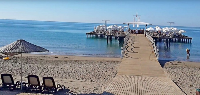 песчаный пляж с пологим входом в воду